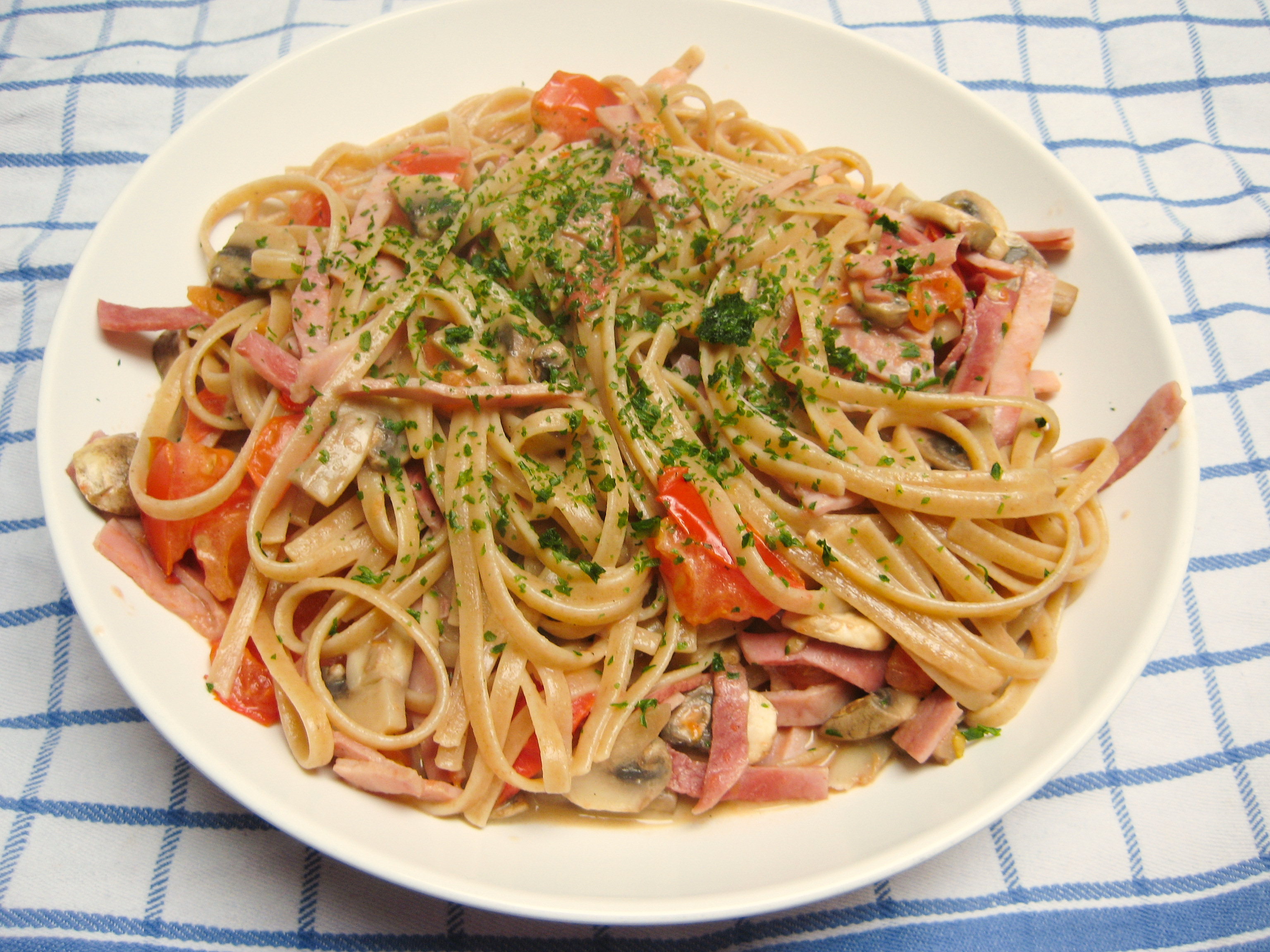 Tagliatelle with tomatoes, ham & mushrooms